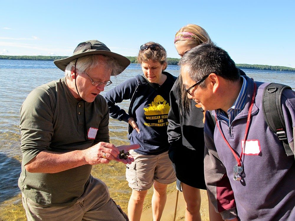 Diarmaid Ó Foighil at an EEB fall retreat showing Annette Ostling and Yin-long Qiu a beach find.