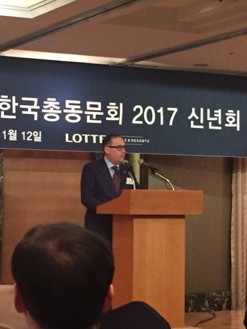 Dean Andrew Martin addresses attendees at U-M Seoul Korea Alumni Dinner